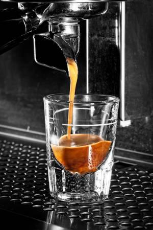 プロのマシンでエスプレッソ コーヒー抽出