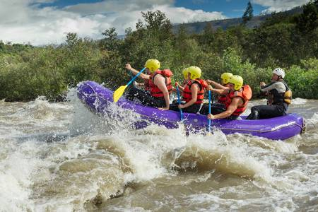 a group of men and women, with a guide, white water rafting on the patate river, ecuador 版權商用圖片