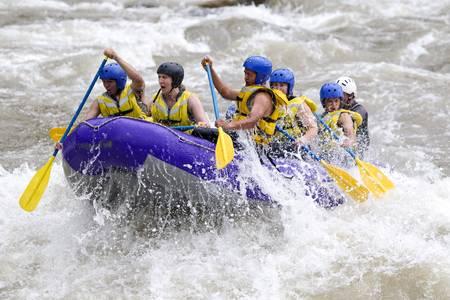 男性と女性、じゃが芋の川、エクアドルのホワイトウォーター ・ ラフティング ガイド付きのグループ