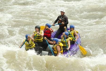 perseverar: Un grupo de hombres y mujeres, con un gu?a, white water rafting en el r?o Patate, Ecuador