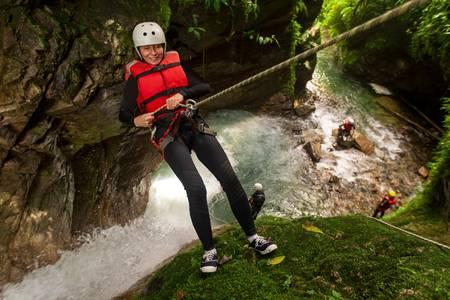 年配の女性を撮影、滝、垂直に下降
