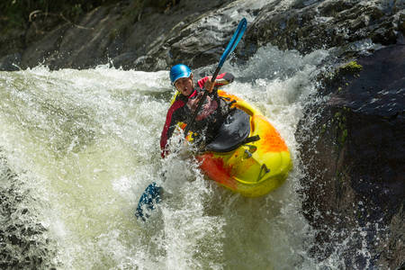 waterfall kayak jump , sangay national park, ecuador 版權商用圖片