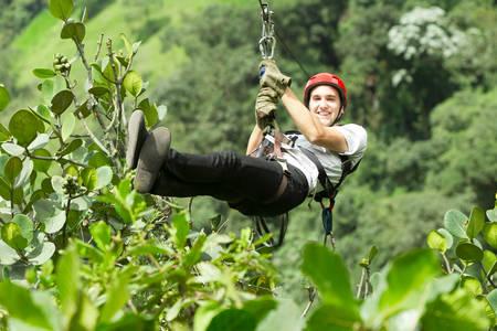 ジップ ・ ライン、アンデス エクアドルの熱帯雨林に成人男性 写真素材