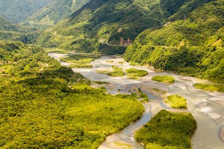 Cuenca del río Pastaza aérea, disparó desde baja altura a tamaño completo helicóptero Foto de archivo - 36296578