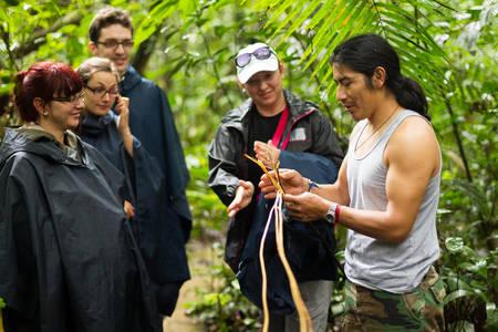 selva: Gu�a local naturalista con un grupo de turistas en Faun�stica Cuyabeno resrve, Ecuador Foto de archivo