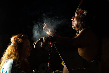 Shaman en la Amazonía ecuatoriana, durante una ceremonia ayahuasca reales, modelo lanzado imagen, como se ve en abril 2015 Foto de archivo - 38479133