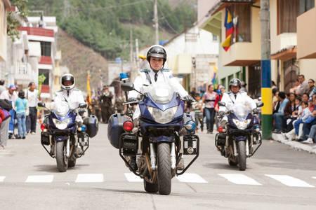 motorizado: Ba�os de Agua Santa, Ecuador - 20 de diciembre de 2011: Polic�a motorizado patrullaje en las calles de Ba�os de Agua Santa en 20 de diciembre 2011 Editorial