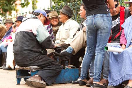 poor man: P�llaro, Ecuador - 06 febrero de 2012: Hombre Pobre lustrar zapatos Durante La Diablada En P�llaro el 06 febrero, 2012