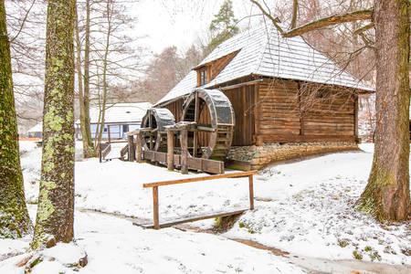 molino de agua: Rumana tradicional molino de agua en el invierno