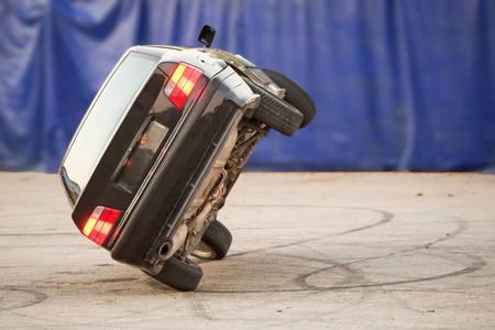 peligro: Coche Correr sobre dos ruedas Sugiriendo Peligro Stunt demo