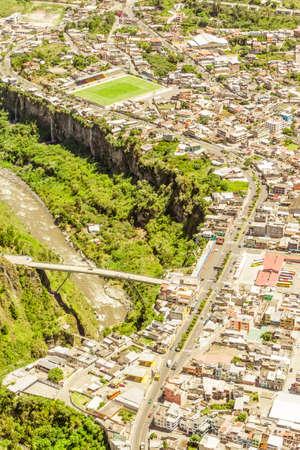 bungee jumping: R�o Pastaza Pasando Cerca de la ciudad de Ba�os de Agua Santa con el puente famoso por Bungee Jumping Foto de archivo