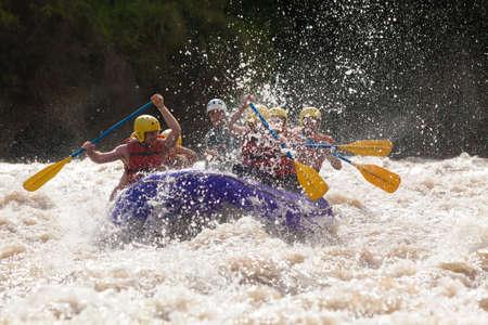 エクアドルのラフティング ホワイトウォーター川のプロのパイロットによって導かれる混合観光男性と女性のグループ