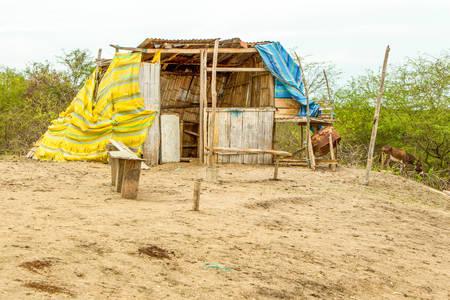 pobreza: Refugio simple en una zona rural de Ecuador Foto de archivo