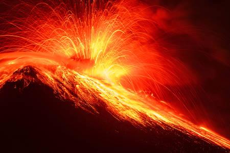 近距離トゥングラワ火山夜のショットの長時間露光 写真素材