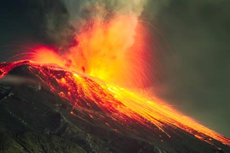 Wulkan Tungurahua Objęte przez lawę w nocy Explosion Close Range