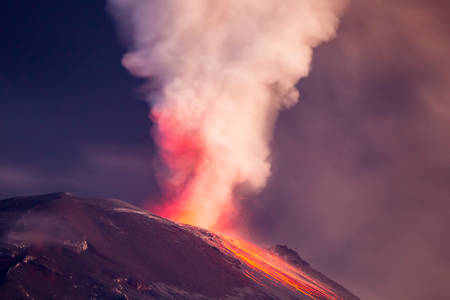 Super Close Range Tungurahua Volcano By Night Erupting Stockfoto