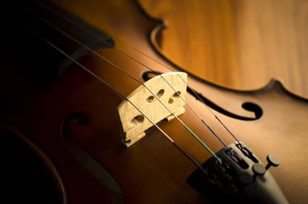 """violoncello: """"Tempo per praticare il violino"""" di violino in stile vintage sullo sfondo di legno Archivio Fotografico"""