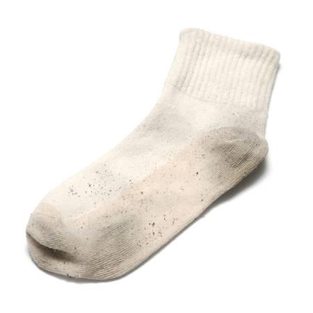 pieds sales: chaussette sale sur un fond blanc