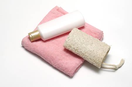 utiles de aseo personal: loofah jabón líquido y una toalla de color rosa aisladas sobre un fondo blanco