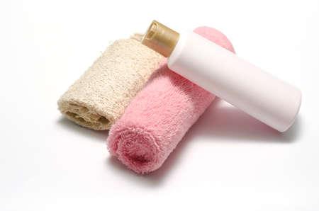 utiles de aseo personal: loofah jab�n l�quido y una toalla de color rosa aisladas sobre un fondo blanco