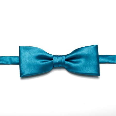 흰색 배경에 파란색 나비 넥타이