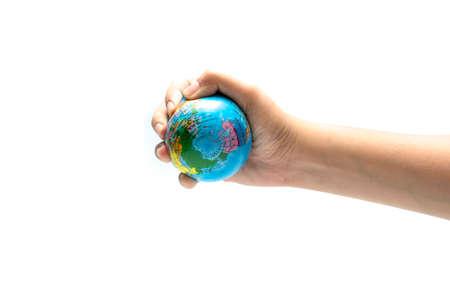 el mundo en tus manos: bola de la tierra en la mano aisladas sobre fondo blanco