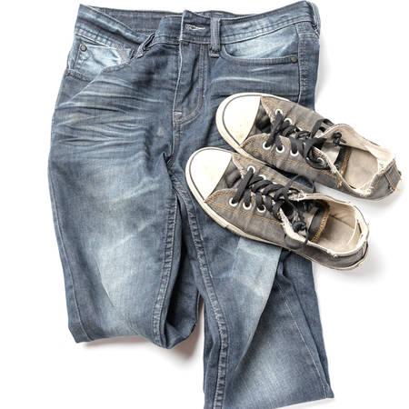 in jeans: zapatillas de deporte en pantalones de mezclilla aislados en fondo blanco