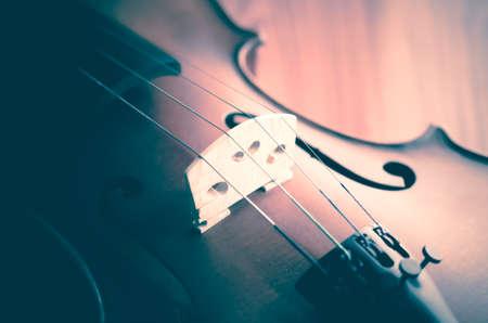 """coro: """"Tiempo para practicar el violín"""" violín en estilo vintage en el fondo de madera"""
