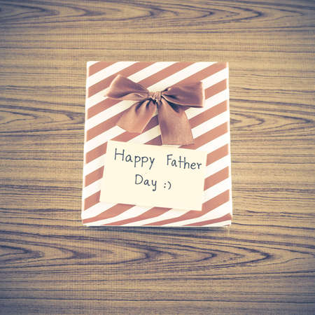 estereotipo: gift box with card write happy father day on wood background vintage style