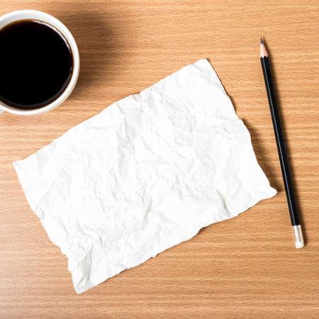 lapiz y papel: papel y lápiz con la taza de café sobre fondo de madera Foto de archivo