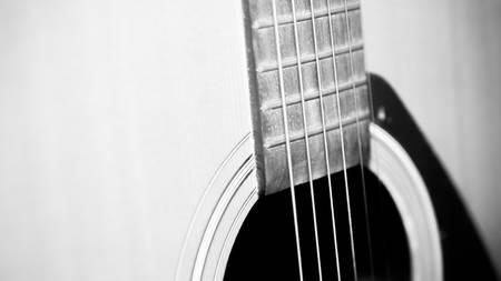 boehm flute: Todav�a vida de cerca parte de la guitarra de color blanco y negro estilo de tono