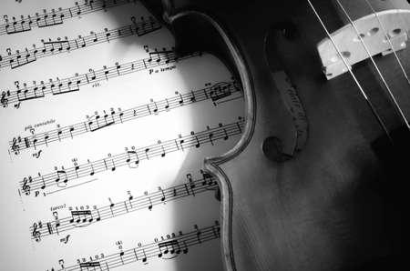 Primer Plano De Violín De La Vendimia En Las Hojas De Música. Fondo ...