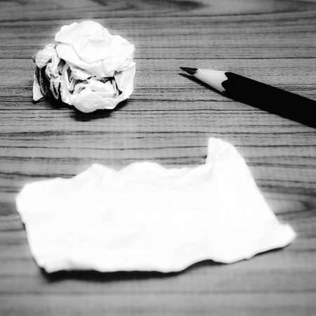 lapiz y papel: desechos de papel y arrugado con el lápiz en la madera de color blanco y negro estilo de tono Foto de archivo