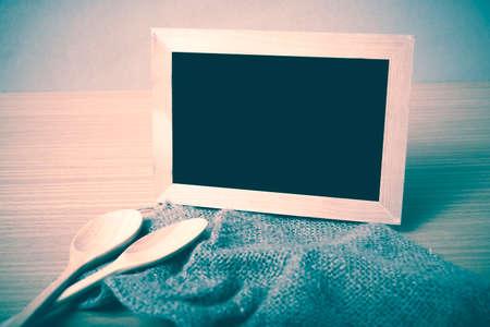 cocina vieja: pizarra y cuchara de madera en estilo de época mesa