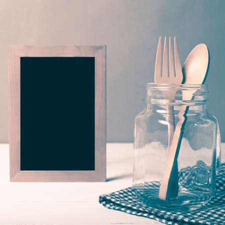 cuillère en bois et une fourchette avec verre sur le style vintage de table