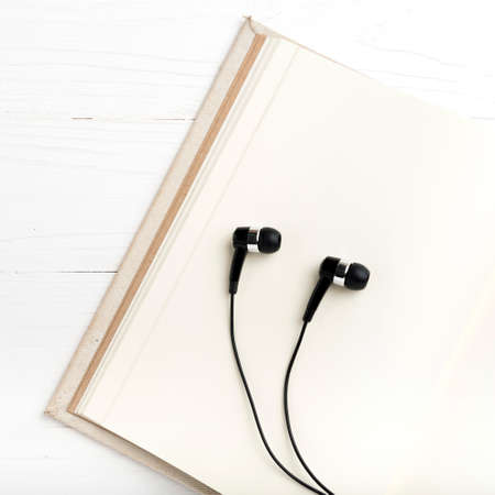 oido: cuaderno y el tel�fono del o�do sobre mesa blanca