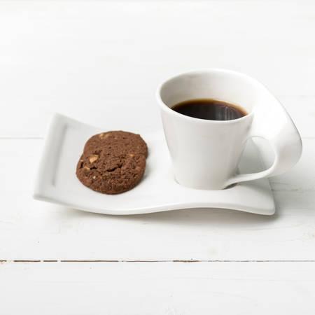 koffiekopje met cookie op witte houten achtergrond Stockfoto