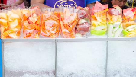 Fruit cart selling at Jatujak weekend market. Imagens