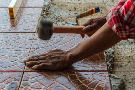 Costruzione muratore operaio installazione di piastrelle pavimento. Home miglioramento. Archivio Fotografico - 24745622