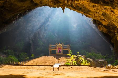 Paviljoen in Phraya Nakorn grot nabij Hua Hin, Nationaal Park Khao Sam Roi Yot Thailand.