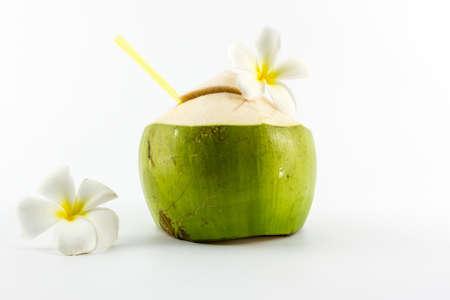 Kokoswater drinken geïsoleerd op een witte achtergrond.