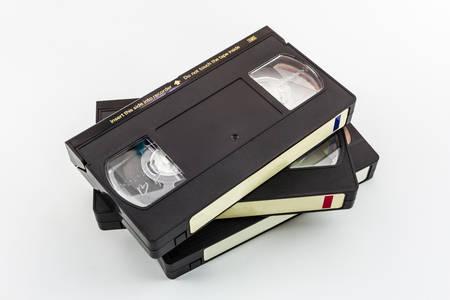 VHS-videocassette op een witte achtergrond.