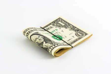 rubberband: Un d�lar de los billetes enrollados con banda de goma a�slan blanco.