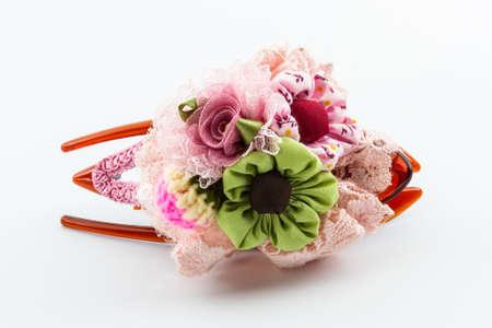 artificial hair: Pinza de pelo de color rosa con artificiales de flores hechas de tela, accesorio para las mujeres. Foto de archivo