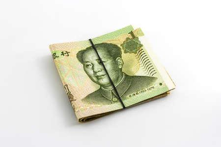 rubberband: Billetes de yuan chino enrollado con banda de goma en el fondo blanco.