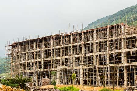 commercial real estate: Edificio de gran altura en construcci�n con una estructura de hormig�n en el proceso de ser construido como estructura de bienes ra�ces comerciales.