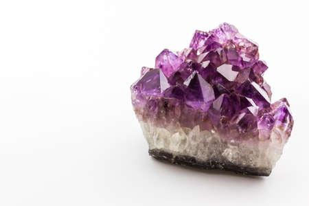 Crystal Stone, viola cristalli grezzi di ametista su sfondo bianco. Archivio Fotografico - 29199912