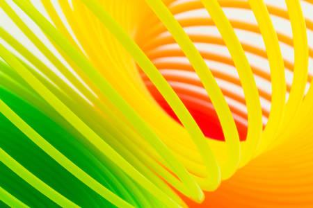 Close up regenboog gekleurde draad spiraal.