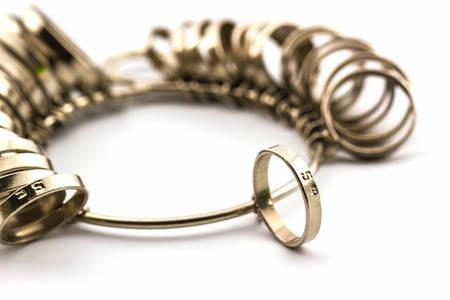 Chrome Juwelier vinger sizing tools op een witte achtergrond. Stockfoto