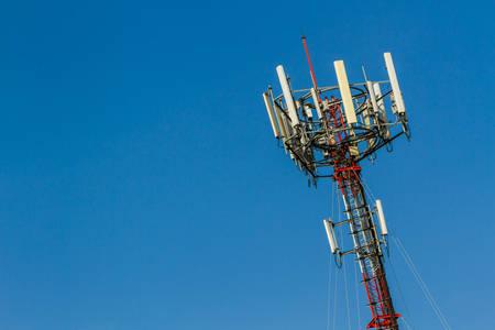 telecoms: Cellulare Telecomunicazione Radio Antenna Tower. Telecoms telefono cellulare torre e cielo blu. Archivio Fotografico